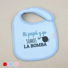 Babero Divertido Mi Papá y Yo somos la bomba +3m Rojo, Azul o Rosa