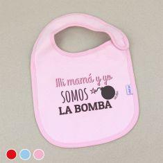 Babero Divertido Mi Mamá y Yo somos la bomba +3m Rojo, Azul o Rosa